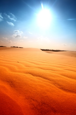 Désert de sable sous un ciel ensoleillé bleu