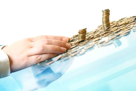payout: mano hacer montones de monedas en blanco