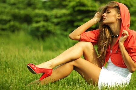 Sommer: young sommer woman on green grass