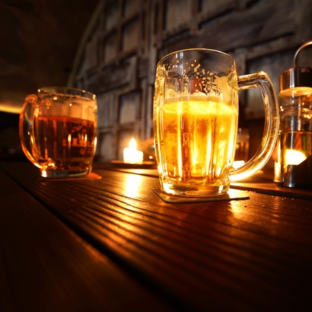 handle bars: cerveza en habitaci�n oscura close up