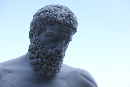 statue grecque: statue zeus dans le ciel bleu Banque d'images