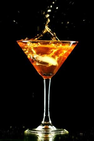 copa martini: bienvenida de alcohol en vaso de martini sobre fondo negro