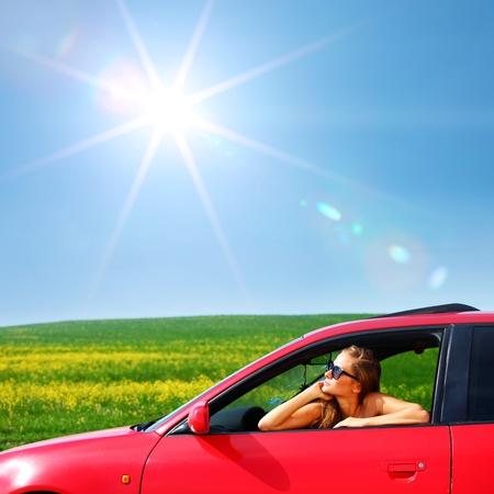 红色汽车的妇女走出窗口