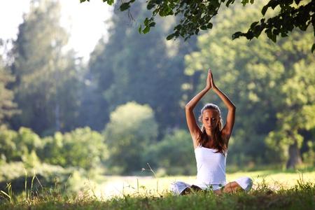 Yoga vrouw op groen gras in lotus vormen Stockfoto