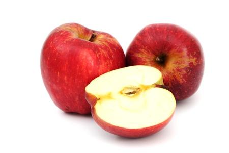 pommes: pommes rouges pile tranche isol� sur fond blanc