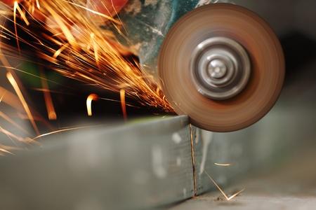 industrial mechanics: hasta cerrar aserrado metal chispas spray