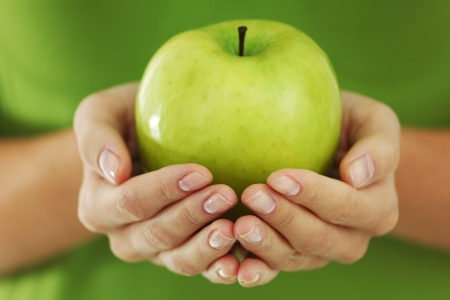 apfel: Green Apple in Frau Hände