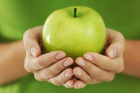 manzana verde: manzana verde en manos de la mujer