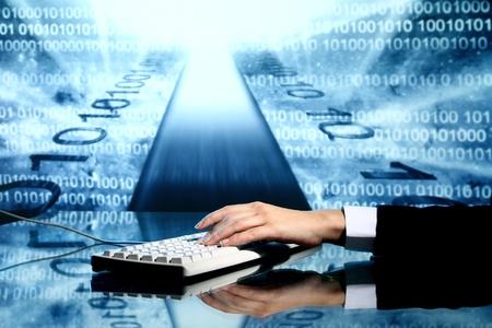 codigo binario: informaci�n de datos de entrada de hombre de negocios en el teclado
