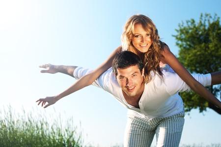pareja saludable: amantes de en cielo feliz en amor