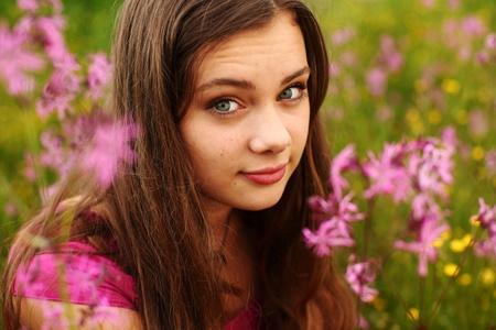 Donna sul campo di fiore rosa chiudere ritratto Archivio Fotografico - 8743887