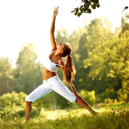 salud y deporte: mujer de yoga sobre fondo verde park