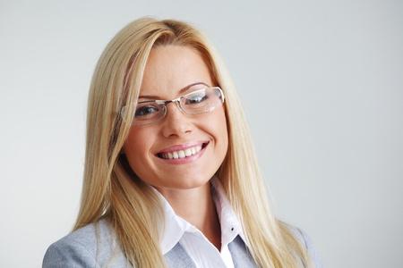 bussines: zaken vrouw in bril op grijze achtergrond