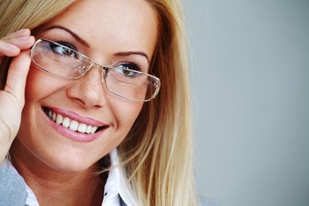 Business Woman in Gläser auf grauem Hintergrund