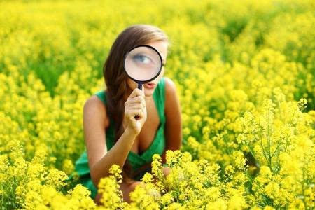 conclusion: mujer de bot�nico en el campo de flor amarilla Foto de archivo