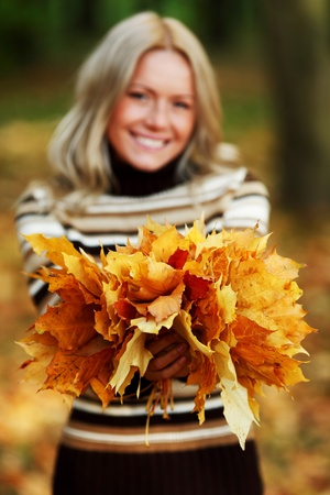 portret: woman portret in autumn leaf close up