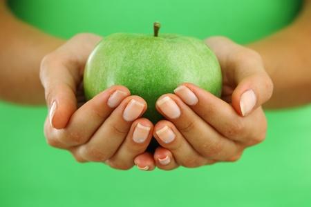 comiendo frutas: Apple en manos de mujer close up Foto de archivo