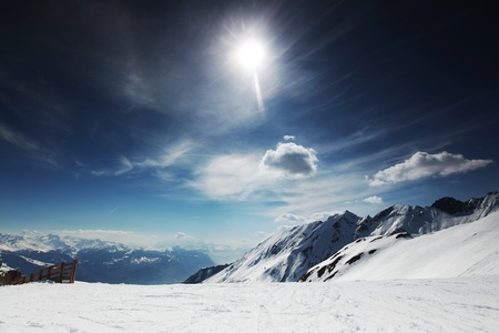 montañas nevadas: parte superior de las montañas en el cielo azul Foto de archivo