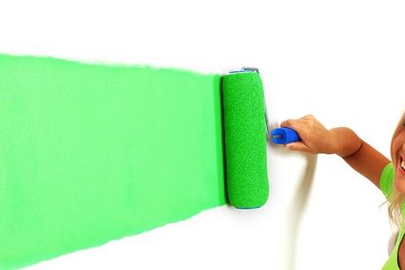 Frau zeichnet den Wand-Pinsel