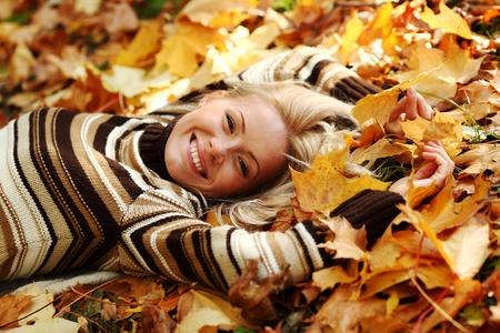 maglioni: portret donna in foglia d'autunno da vicino Archivio Fotografico
