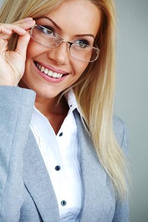 bussines: zakenvrouw in bril op grijze achtergrond