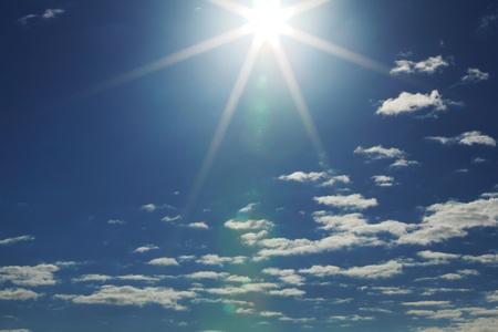 sol radiante: azul cielo soleado cerca de fondo