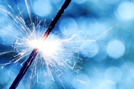 funken: Sparkler auf blau Bokeh hintergrund makro nahaufnahme Lizenzfreie Bilder