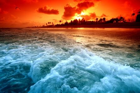 cielo y mar: paisaje oc�ano sunrice oro cielo Foto de archivo