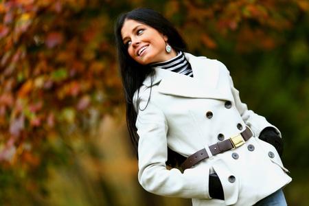 fille pull:  femme au parc automne jaune Banque d'images