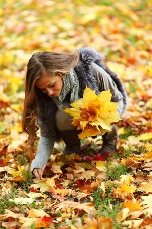 autumn woman portret in park Stock Photo - 9907090