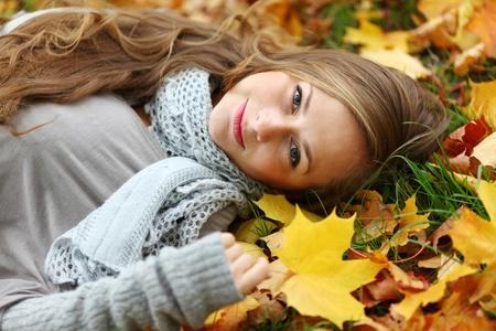maglioni: portret di donna autunno nel parco Archivio Fotografico