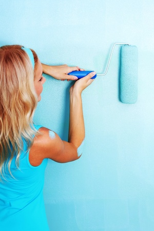 woman paints the wall roller Stock Photo - 9908201