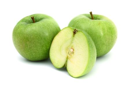 pommes: pommes vertes sur pieux tranche isol� sur fond blanc