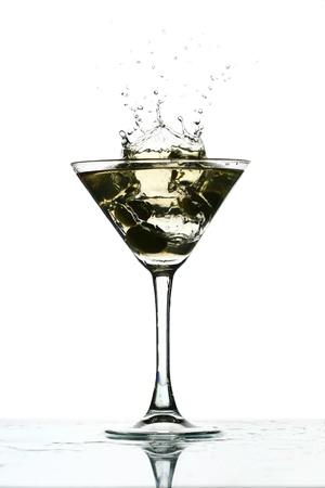 copa de martini: martini splash bar de cristal de fondo Foto de archivo