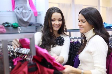 tienda de ropas: mujer en la tienda de mirar la ropa