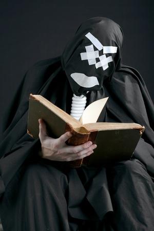 pantomima: MIME con una soga en el cuello, leyendo un libro