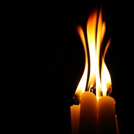 armonia: velas sagrados en oscuro sobre fondo negro Foto de archivo