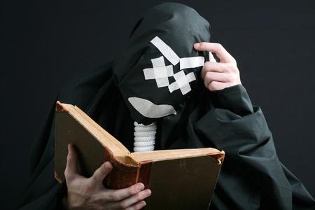 pantomima: mime negro leyendo un libro