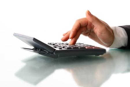 contabilidad financiera cuentas: mano chica calcular sobre fondo blanco Foto de archivo