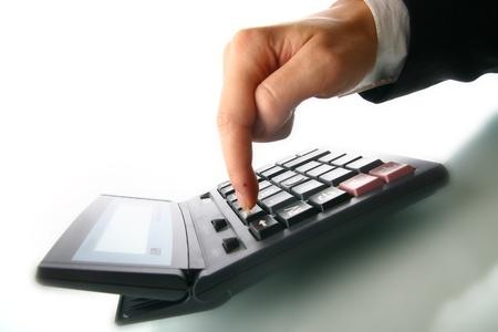 economia: mano de chica calcular sobre fondo blanco
