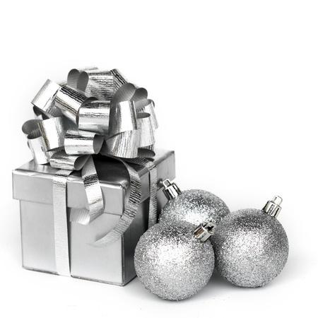bodas de plata: Plata regalo aislado en blanco