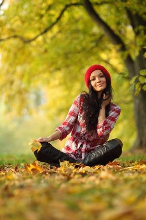 sueteres: otoño portret mujer en Parque Foto de archivo
