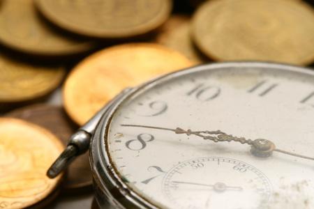 zeitarbeit: Zeit ist Geld, M�nzen und Makro-Concet Uhr Lizenzfreie Bilder