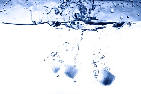 cubetti di ghiaccio: spruzzi d'acqua close-up di ghiaccio rinfrescante