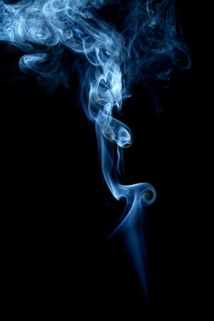 incienso: fondo azul abstracto humo de cerca Foto de archivo