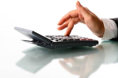 電卓: 白い背景の上の女の子の手を計算します。
