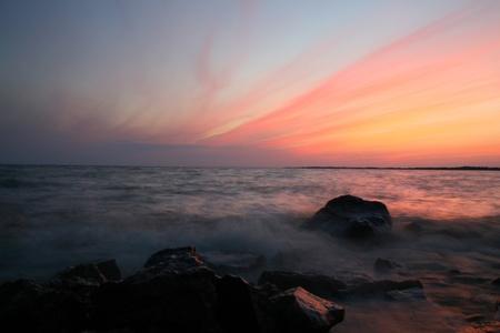 rising of sun: mar cielo sunrice olas de movimiento Foto de archivo