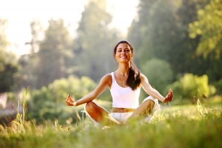 plantean mujer yoga sobre hierba verde en lotus