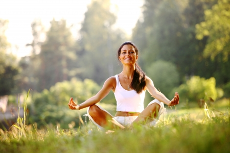 Yoga Woman on green Grass in Lotus darstellen