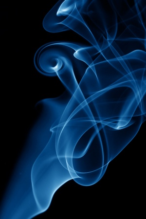 incienso: azul humo sobre fondo negro